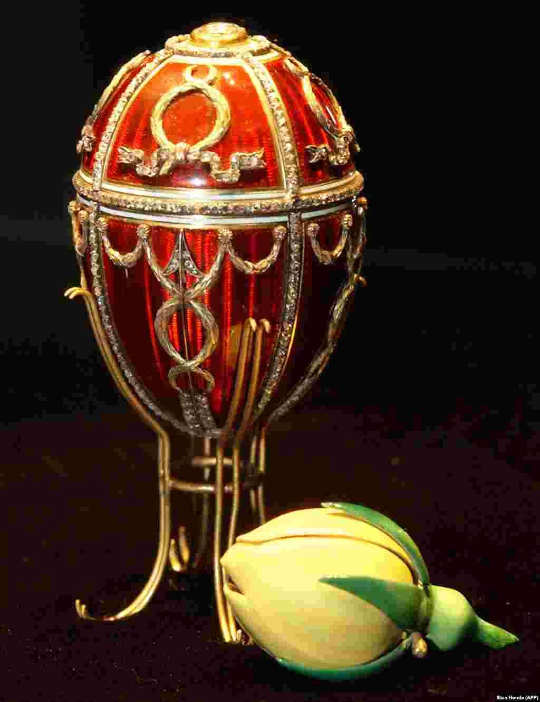 """""""ვარდის კოკორი"""" პირველი კვერცხია, რომელიც ნიკოლოზ მეორემ თავის მეუღლეს, დედოფალ ალექსანდრას მიართვა. კვერცხში ვარდის კოკორია ჩამალული - ახალდაქორწინებულთა სიყვარულის სიმბოლო."""