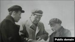 Слева направо: Ван Цзясян, Мао Цзедун, Дэн Сяопин. 1958. Неизвестный фотограф