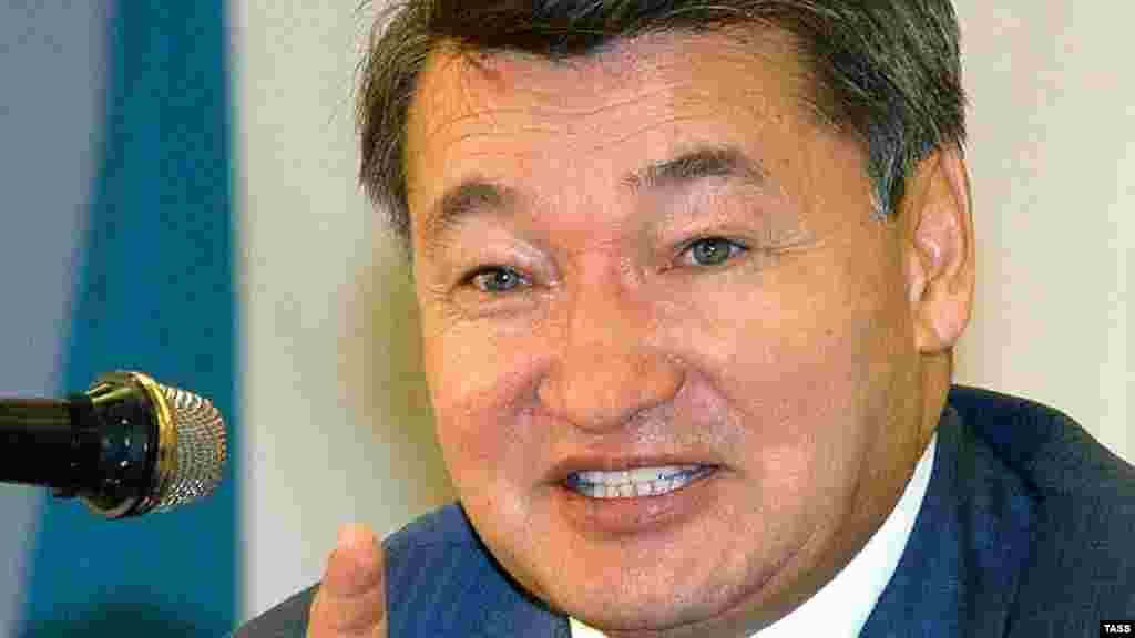 В годы премьерства Данияла Ахметова (13 июня 2003 года - 8 января 2007 года) в Казахстане было принято множество программных документов. Как утверждали критики, многие планы правительства не были воплощены в жизнь даже при росте объемов нефтяной промышленности и мировых цен на нефть. Также в эти годы продолжилось давление на казахстанскую оппозицию и независимые СМИ, при загадочных обстоятельствах погибли лидеры оппозиции Заманбек Нуркадилов и Алтынбек Сарсенбаев.