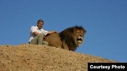 Директор парку «Тайган» Олег Зубков і перший ватажок сафарі-парку лев Лорд