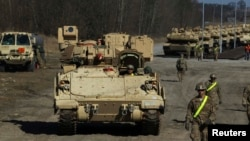 АКШ армиясынын Польшадагы машыгууга тартылган танктары. 18-март, 2015-жыл.