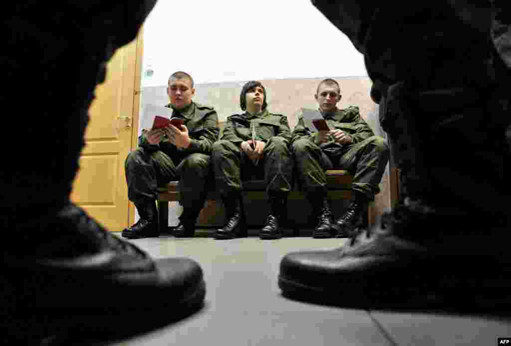 New Russian Army conscripts wait at a military registration and enlistment office in St. Petersburg, on April 21. ​(AFP/Olga Maltseva)
