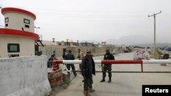 Поліція Афганістану перед входом на територію парламенту після того, як по будівлі випустили ракети, 28 березня 2016 року