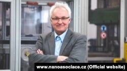 Ян Прохазка винайшов наноматеріал зі своїм сином у 2003 році