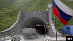 Цхинвал стремится сохранить сложившееся положение дотационного региона, но в то же время не позволяет уж слишком втягивать себя в российское политическое пространство