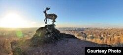 Скульптура оленя в Донецке