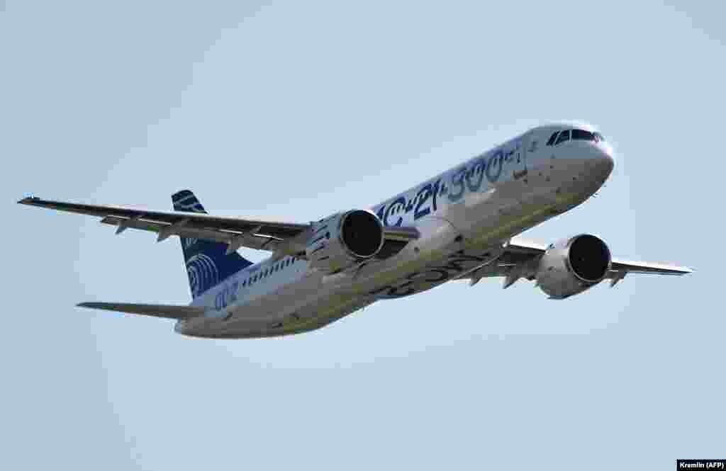 Российский пассажирский самолет МС-21-300 в воздухе.