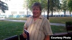 Юры Несьцярэнка з асобнікам кнігі