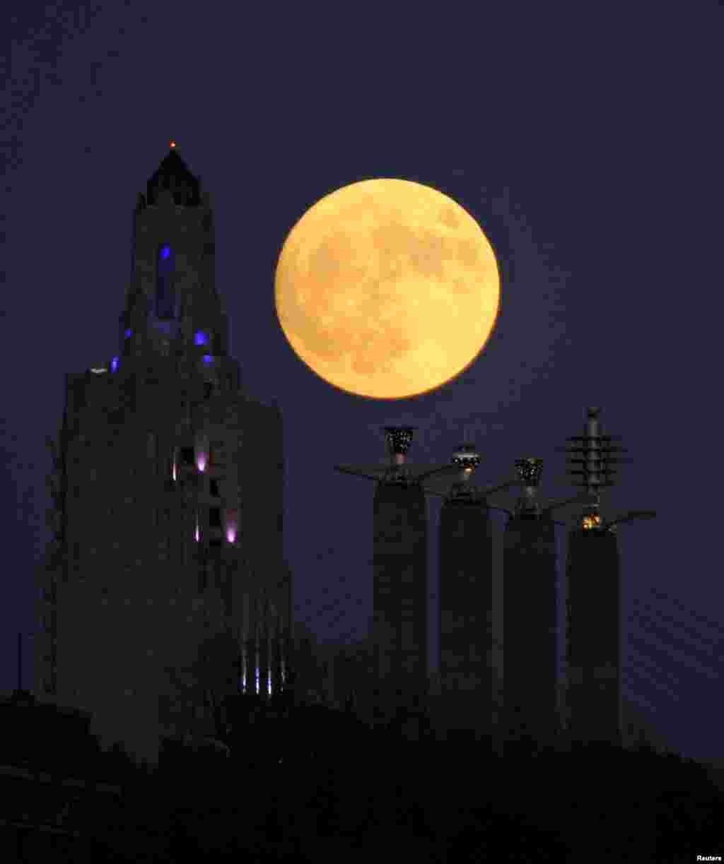 «Суперлуние» восходит в центре Канзас-сити, американский штат Миссури.