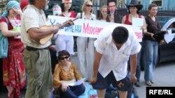 Перформанс Каната Ибрагимова, устроенный в знак протеста против требований руководства БТА Банка вернуть спонсорские деньги, выделенные когда-то фонду «Алем Арт». Алматы, 24 августа 2009 года.