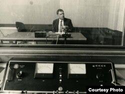 Vlad Georgescu, directorul serviciului românesc al postului de radio Europa Liberă într-unul din studiourile RFE/RL de la München,1987.