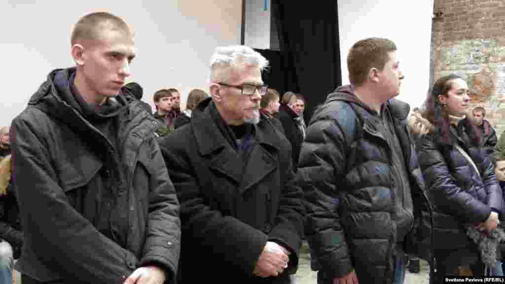 """Лидер """"Другой России"""" Эдуард Лимонов провел стоя все два часа пока дилалсь траурная церемония"""