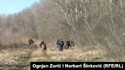 Migrantët kosovarë duke kaluar ilegalisht kufirin në mes të Serbisë dhe Hungarisë, Foto Arkiv