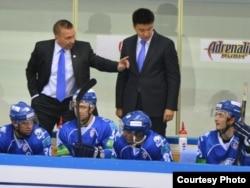 Главный тренер «Барыса» Ари-Пекки Селин (слева) наставляет хоккеистов. Астана, 15 октября 2013 года.