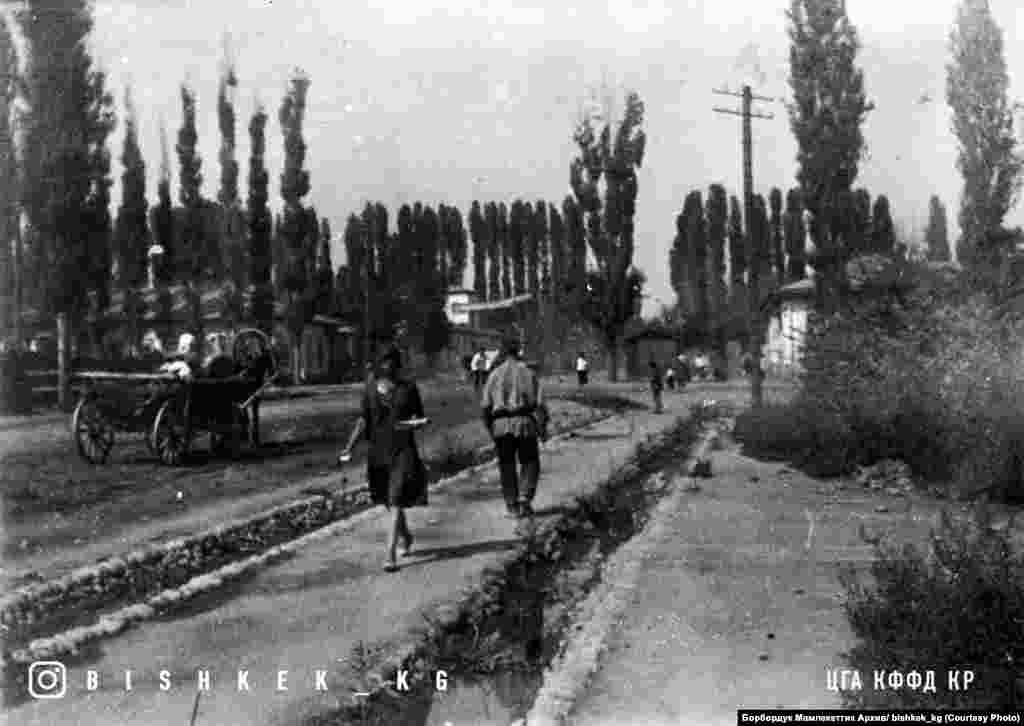 Фрунзе шаары 1930-жылдардын башы. (Азыркы Чүй жана Раззаков көчөлөрүнүн кесилиши).