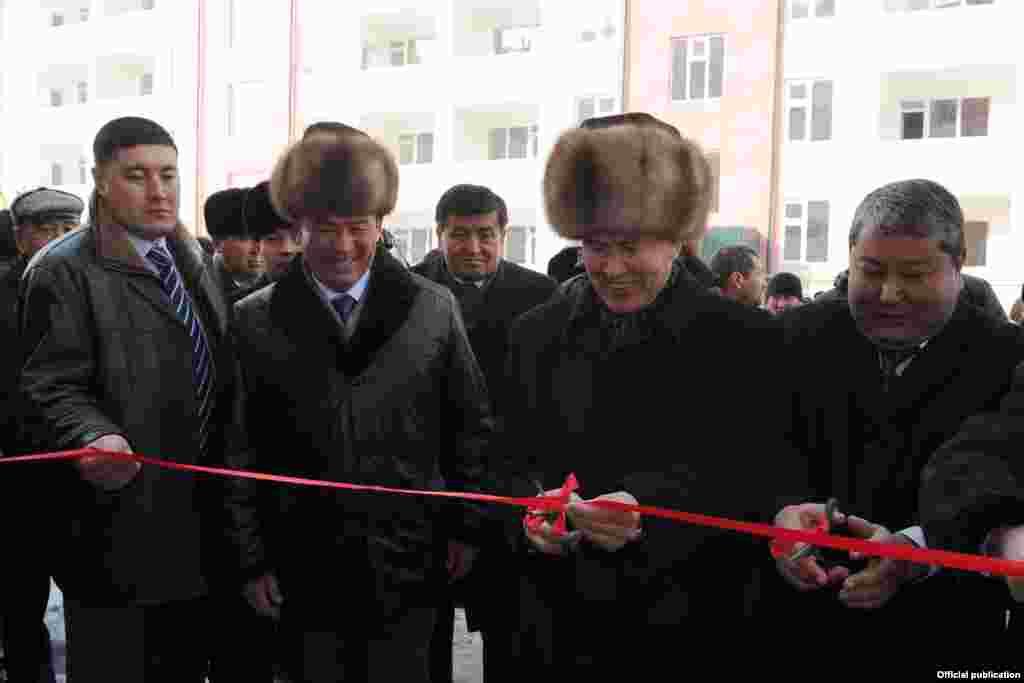 16-февраль, бейшемби: Президент Алмазбек Атамбаев Ошко иш сапары менен барып, жаңы бүткөн көп кабаттуу үйлөрдүн ачылышына катышты.