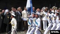 Президент Віктор Янукович вітає учасників військового параду у Севастополі, 4 липня 2010 року