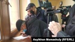 Активисты подписывают письмо, адресованное властям Казахстана. Алматы, 6 марта 2020 года.