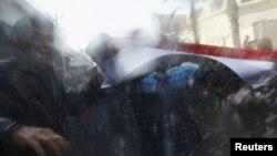 Полицијата со водени топови против демоснтрантите во Каиро