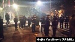 Policija ispred Narodne skupštine Republike Srpske, 28. decembar 2015.