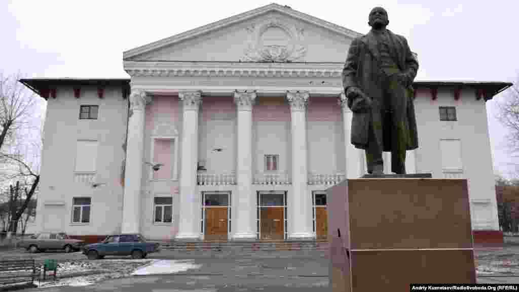 Палац культури і Ленін