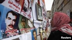 На улицах Бенгази - фотографии противников Каддафи, убитых в последние дни
