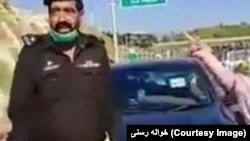 پاکستان کې پر خواله رسنیو وایرل شوې ویډيو چې پکې یوه ښځه له پولیس چارواکو سره د ناکې پر سر خوله ووهي. ۲۰۲۰، ۲۱ مې