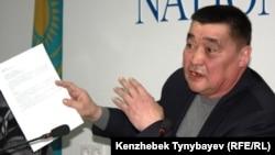 Освобожденный журналист Рамазан Есергепов дает пресс-конференцию после выхода из тюрьмы. Алматы, 9 января 2012 года.