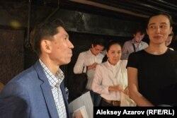 Автор темы и консультант постановки — политолог Досым Сатпаев (слева). Возглавляемый им фонд также стал спонсором спектакля. Алматы, 9 сентября 2016 года.