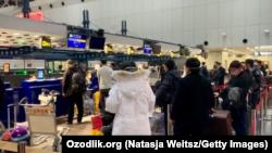Узбекские студенты в аэропорту Пекина, 26 января 2020 года.