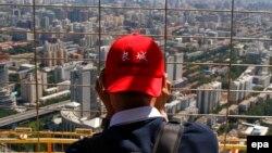 Турист рассматривает виды Пекина со смотровой башни. Иллюстративное фото.