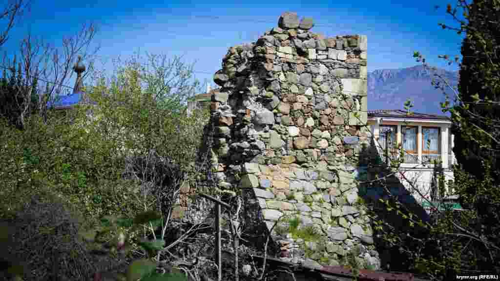 Залишки стіни фортеці у східній частині