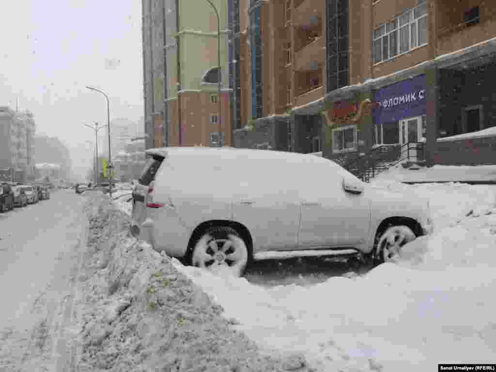 Припаркованные на обочине автомобили после расчистки дорог часто остаются заблокированными. Нур-Султан, 28 января 2020 года.