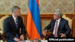 Президент Армении Серж Саргсян (справа) принимает директора ОАО «Российские железные дороги» Олега Белозерова, Ереван, 26 мая 2016 г.