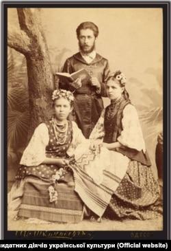 Зліва направо: Лариса Косач (Леся Українка), її брат Михайло Косач та Маргарита Комарова. Одеса, 1889 рік