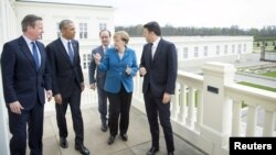 Germany - German Chancellor Angela Merkel (2nd R) stands with British Prime Minister David Cameron, U.S. President Barack Obama, French President Francois Hollande and Italian Prime Minister Matteo Renzi before talks at Schloss Herrenhausen in Hanover, Ge