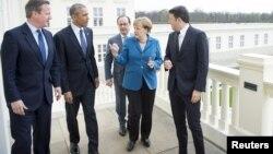 Ұлыбритания премьер-министрі Дэвид Кэмерон (солдан оңға қарай), АҚШ президенті Барак Обама, Франция президенті Франсуа Олланд, Германия канцлері Ангела Меркель және Италия премьер-министрі Маттео Ренци. Ганновер, 25 сәуір 2016 жыл.