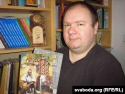 Адам Чэсак са слоўнікам сьлёнскай гаворкі (заходнецешынскай)