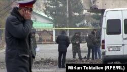 Милиционеры на месте взрыва в Бишкеке. 30 ноября 2010 года.