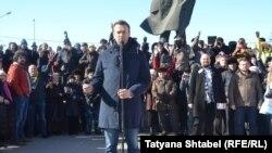 Алексей Навальный выступает на митинге в Новосибирске