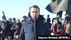 Оппозициялық саясаткер Алексей Навальный коммуналдық қызметі бағасын қымбаттатуға наразылық митингісінде сөйлеп тұр. Новосибирск, 19 наурыз 2017 жыл.