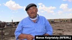 Житель Акшымырау Губайдолла Калынбайулы собирается отогнать скот в сторону плато Устюрт. Это около 160–180 километров от села. Он говорит, что везти животных в другую область на летний выпас возможности нет