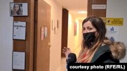 Виктория Симеонова открива очернящи публикации с нейната снимка по стените в офиса на фирмата, която разследва. Стопкадър от видео.