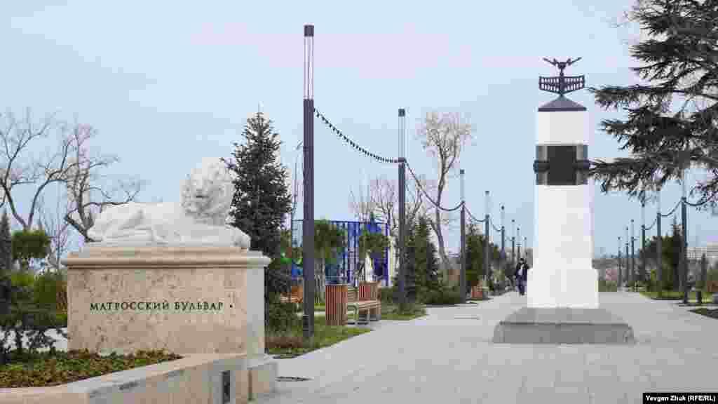 Біля південного виходу з бульвару в 1997 році встановлено пам'ятник, присвячений столітньому ювілею створення радіо російським фізиком, професором Поповим