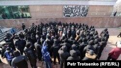 Сотрудники спецподразделения полиции блокируют активистов, вышедших на неразрешенный митинг. Алматы, 28 февраля 2021 года.