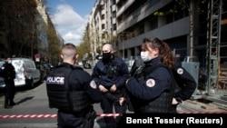 Улицы, прилегающие к месту происшествия, перекрыты полицией. Париж, 12 апреля 2021