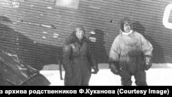 Куканов во время спасения дальстроевцев (слева)