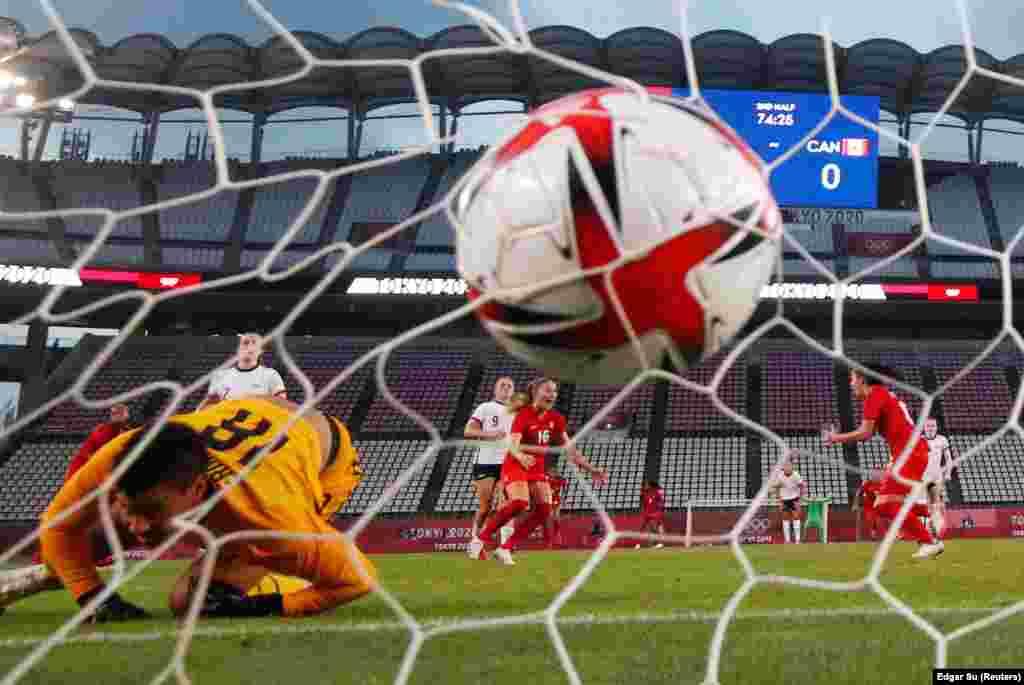 Джессі Флемінг із Канади забиває свій перший гол з пенальті проти Адріани Франч зі Сполучених Штатів