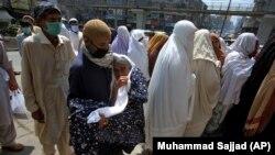 پاکستاني چارواکي وايي، په دفترونو کې به د نیمايي پر ځای د ټولو کارکوونکو د حاضرۍ اجازه وي. ارشیف- انځور