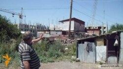 Տնակում ապրող ախուրյանցիները անհույս հայացք են նետում ընդհատված շինարարությանը